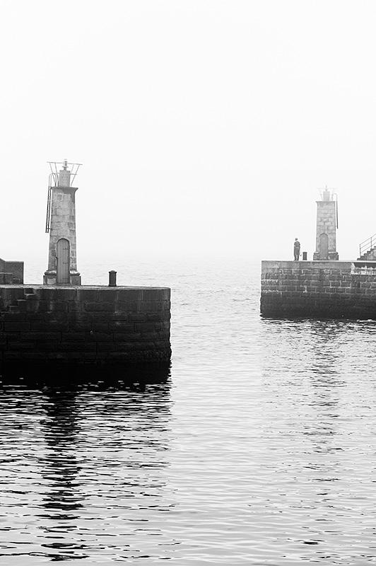 Balizas de la entrada al puerto de Tapia de Casariego con niebla, Asturias, Spain