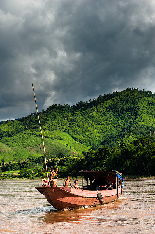 Niños bañàndose en el Mekong, Laos