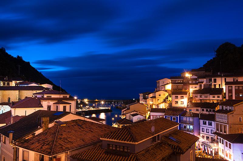 Vista puerto y pueblo de Cudillero al atardecer. Asturias, Spain