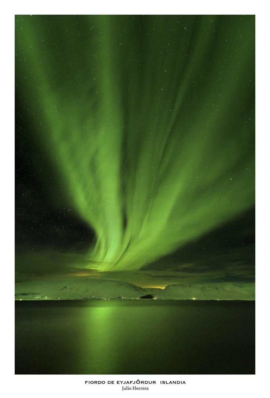 Aurora boreal en el fiordo de Eyjafjördur en Islanda