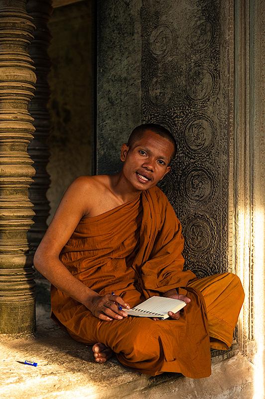 Monje budista en el templo de Ankor Wat en Camboya