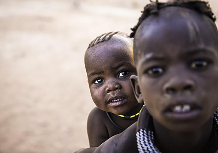 Niños himbas en Namibia