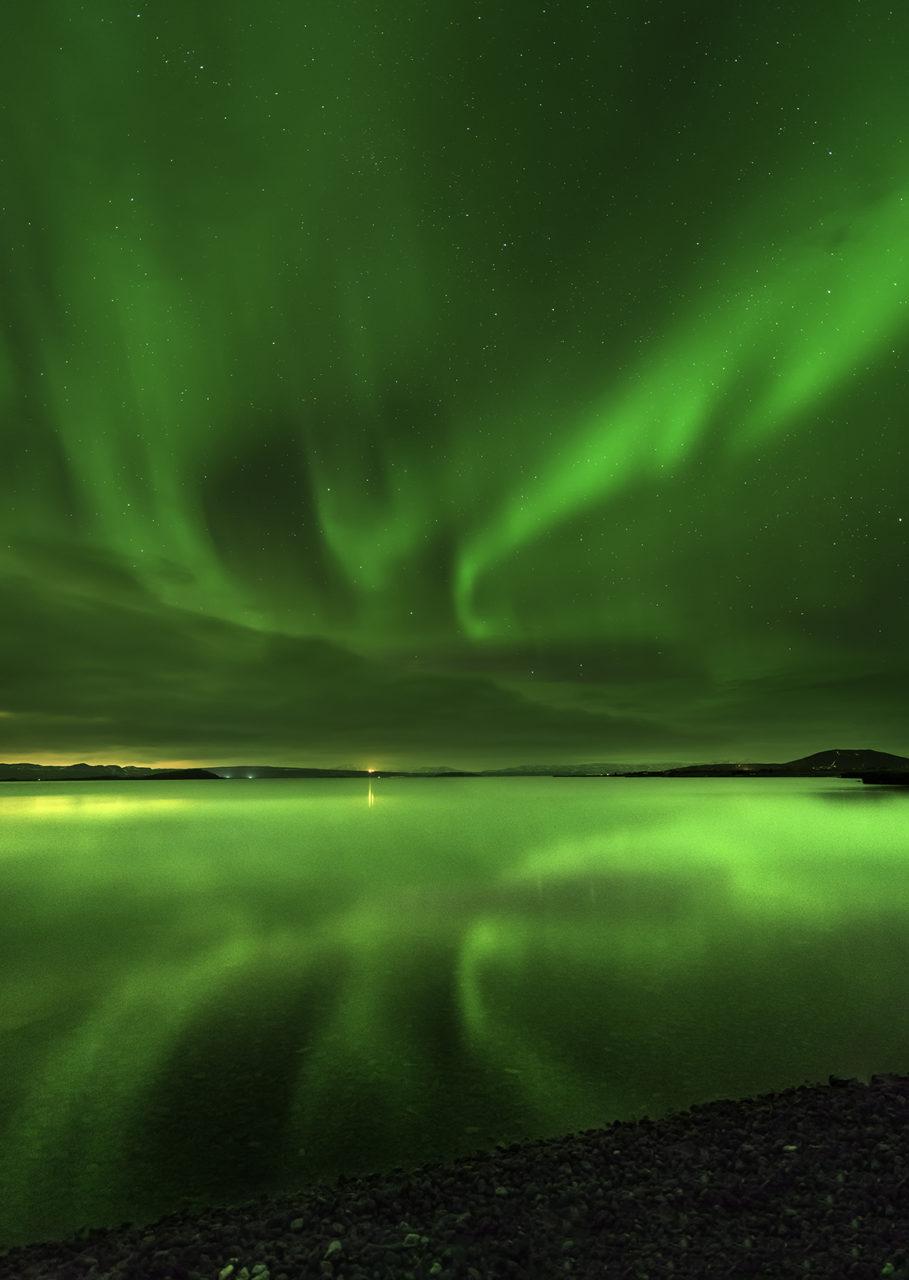 Aurora Boreal KP4 sobre el lago Pinjuallavatn, Islandia