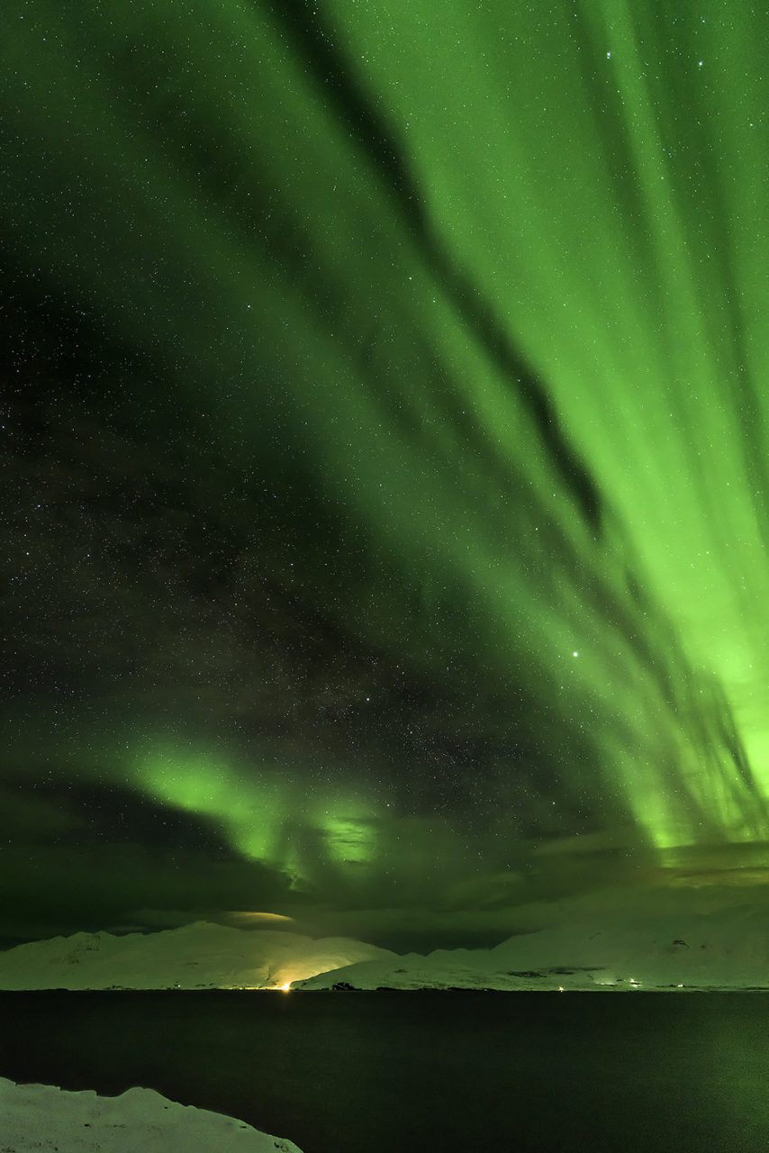 Aurora Boreal sobre el Fiordo Eyjafjördur, Norte de Islandia
