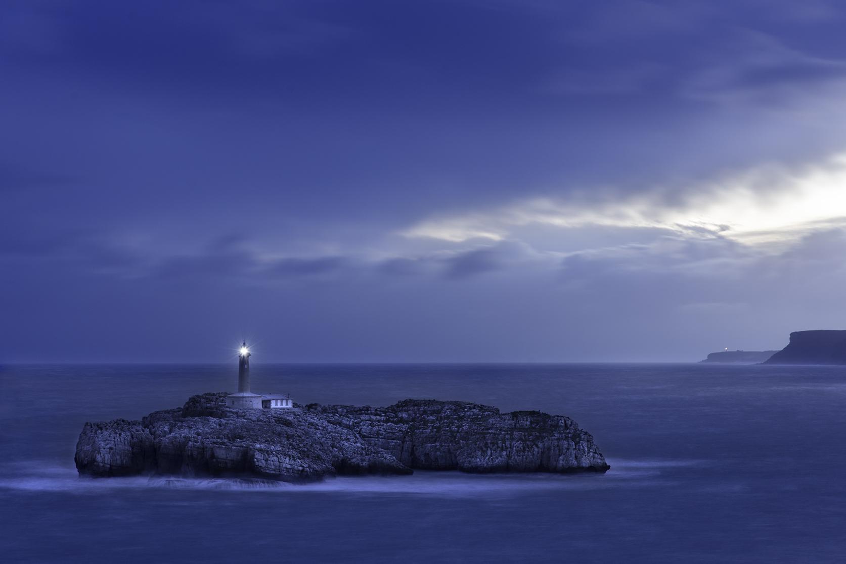 Faro isla de Mouro, al fondo Cabo Ajo