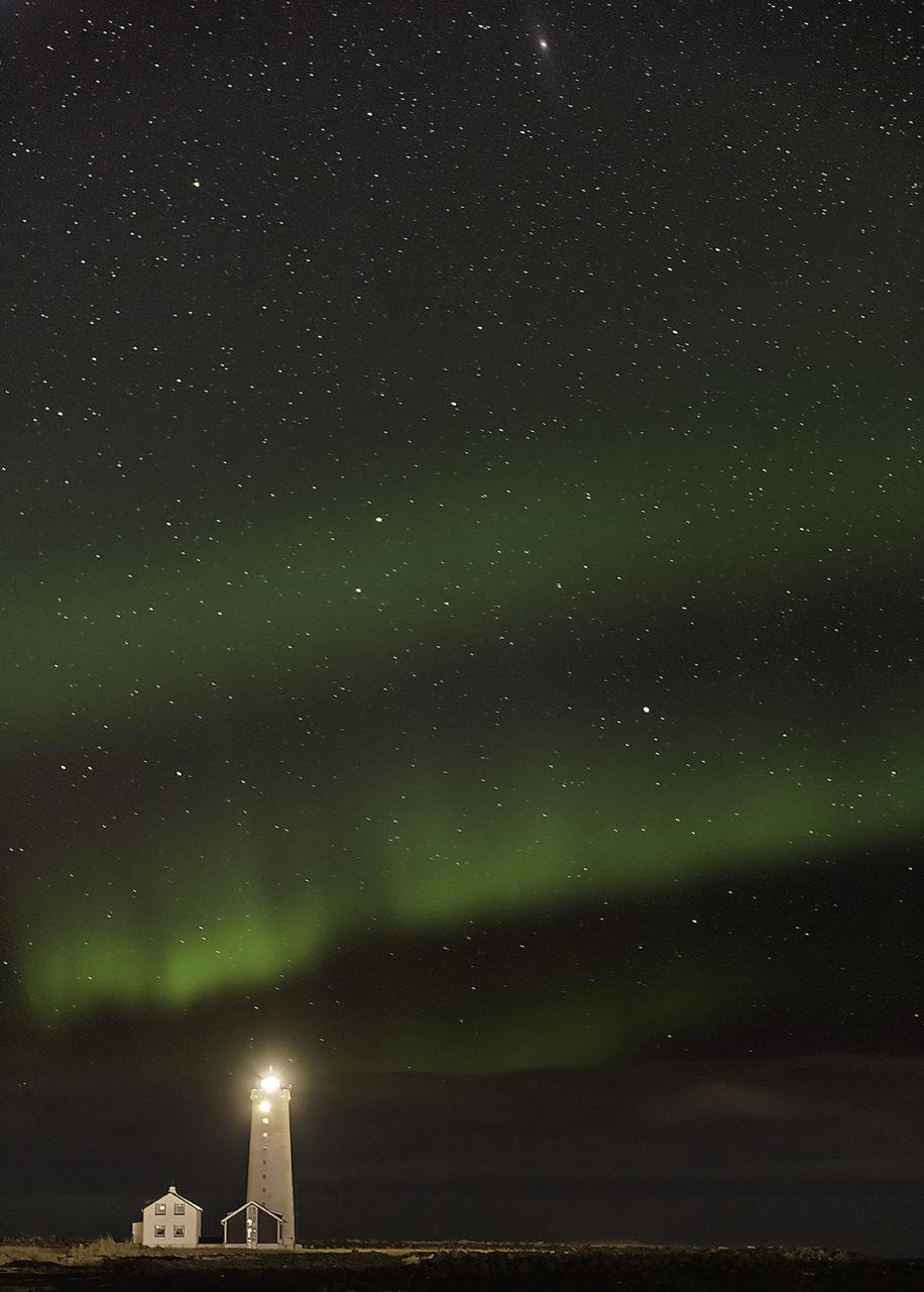 Aurora Boreal KP3 sobre el Faro de la isla de Grótta, Islandia