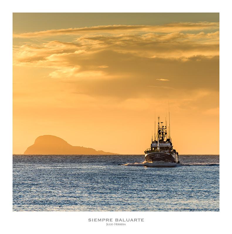 Atardece entrando a puerto en la ría de Avilés del barco Siempre Baluarte.