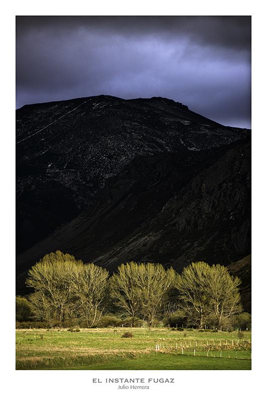 Tormenta y rayo de sol en el paisaje de montaña